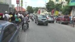 Ayiti: Plizyè Paran Aliyen Devan Libreri pou Achte Liv Leta Sibvansyone yo