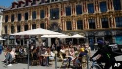Ljudi uživaju u hrani i piću u bašti restorana u Lilu, na severu Francuske, 9. juna 2021. (Foto: AP)