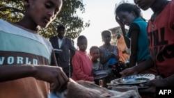 မွတ္တမ္းဓါတ္ပံု ၂၀၂၁ ေဖေဖာ္၀ါရီလ Tigray ႏိုင္ငံ အေနာက္ပိုင္း IDP ကေလးငယ္မ်ား အစားအေသာက္အတြက္ တန္းစီေန
