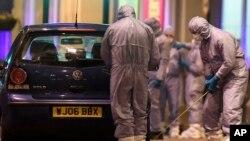 Petugas forensik memeriksa sebuah mobil di dekat lokasi penikaman di Streatham, London, Inggris, Minggu, 2 Februari 2020.
