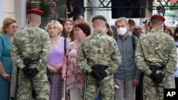 Белорусские силовики блокируют улицу в Минске. 15 июля 2020г.