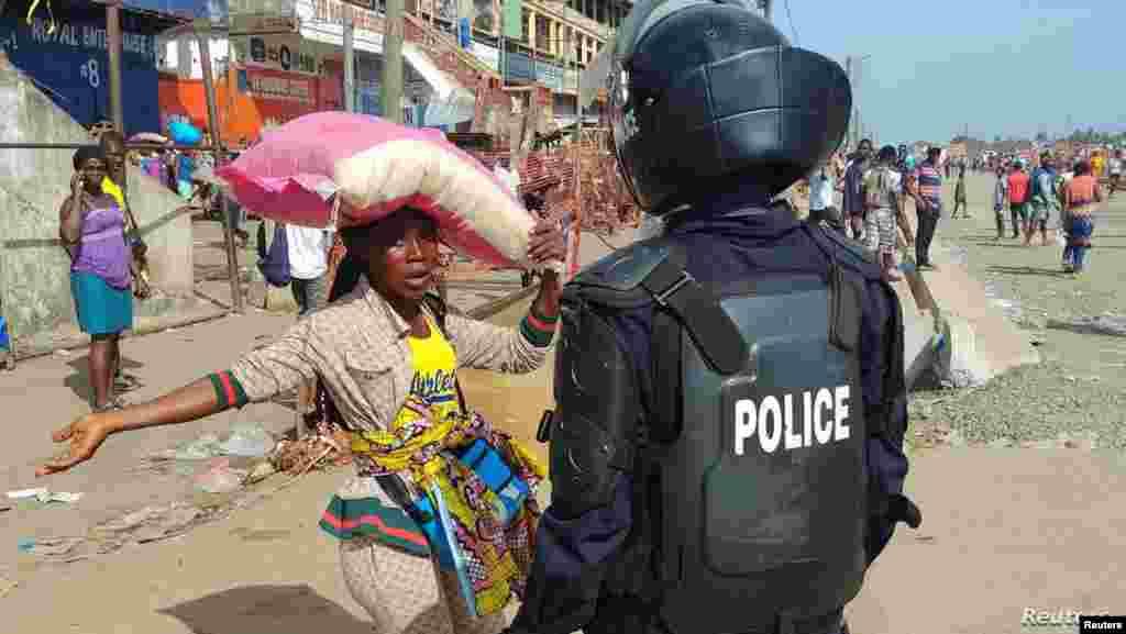 신종 코로나바이러스 감염증(COVID-19) 확산 방지를 위해 전국 봉쇄령이 내려진 리베리아 몬로비아에서 경찰이 거리에 모여 있는 주민들을 해산시키고 있다.