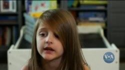 6-річна дівчинка з Техасу разом із батьками допомагає біженцям у різних країнах. Відео
