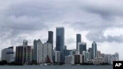 Awan-awan hujan di langit Miami, tanda-tanda Badai Tropis Arthur, 14 Mei 2020.