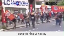 Cảnh sát Istanbul dùng vòi rồng và hơi cay giải tán biểu tình (VOA60)