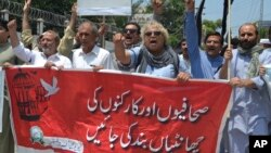 Para jurnalis Pakistan melakukan unjuk rasa untuk memrotes sensor yang ketat terhadap media dalam aksi di Peshawar, Pakistan (foto: dok).
