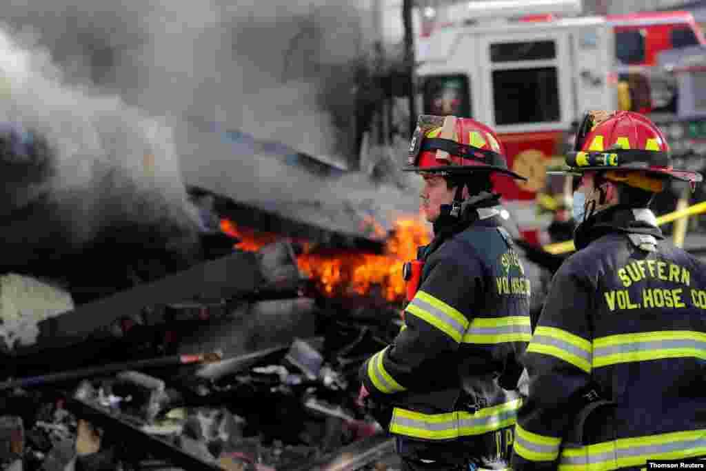 미국 뉴욕시 양로원에서 발생한 화재를 소방관들이 진압하고 있다.