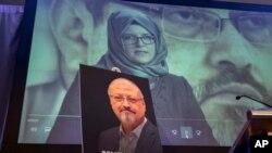 រូបឯកសារ៖ រូបថតលោក Jamal Khashoggi ត្រូវបានដាក់បង្ហាញនៅក្នុងពិធីរំឭកវិញ្ញាណក្ខន្ធលោក នៅរដ្ឋធានីវ៉ាស៊ីនតោន សហរដ្ឋអាមេរិក កាលពីថ្ងៃទី២ ខែតុលា ឆ្នាំ២០១៨។