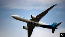 Airbus A350 ေလယာဥ္ ပါရီ ေလေၾကာင္းျပပြဲမွာ သရုပ္ျပ ပ်ံသန္း။