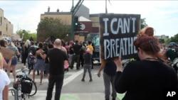 """Ndër banderolat e protestuesve lexohet """"Nuk marr dot frymë""""."""