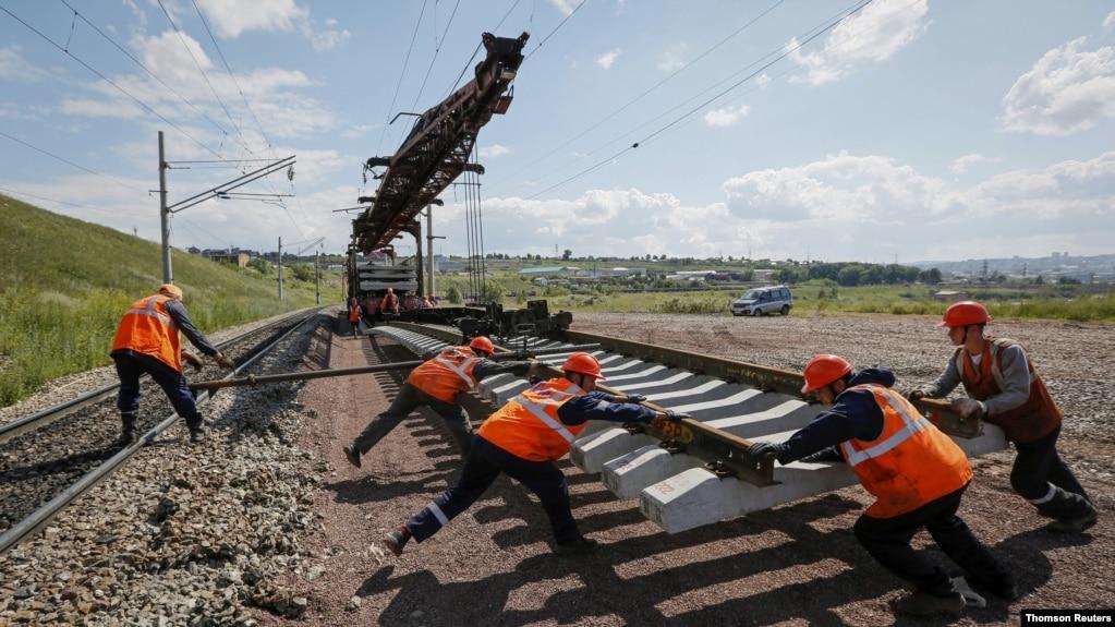 (资料照)俄罗斯铁路维护人员正在给横贯西伯利亚的大铁路更换路轨。(路透社照片)