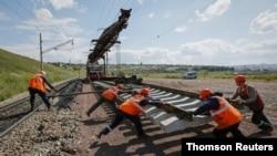 (資料照)俄羅斯鐵路維護人員正在給橫貫西伯利亞的大鐵路更換路軌。 (路透社照片)