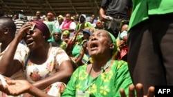 Abanyagihugu ba Tanzaniya bari mu muhango wo gusezera John Magufuli kuri stade Uhuru ya Dar es Salaam