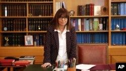 Hakim Pengadilan Tinggi Yunani, Katerina Sakellaropoulou, terpilih sebagai Presiden perempuan pertama negara tersebut, di kantornya di Athena, Rabu, 22 Januari 2020.