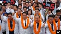 Dari kiri ke kanan: Suwit Mesinsee, Uttama Savanayana, Sontirat Sontijirawong dan Kobsak Pootrakul, saat kampanye menjelang pemilihan umum di Bangkok, Thailand, 22 Maret 2019. (Foto: dok).