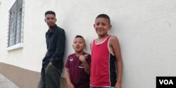 Este padre guatemalteco con sus dos hijos sueña con llegar hasta Estados Unidos en busca de una vida mejor. Foto de Eugenia Sagastume, VOA.