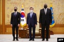 방한 중인 미국의 토니 블링컨 국무장관(왼쪽)과 로이드 오스틴 국방장관(오른쪽)이 지난 18일 청와대에서 문재인 한국 대통령을 예방했다.