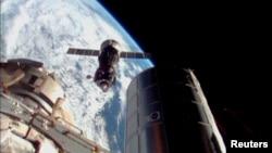 Pesawat antariksa RusiaSoyuz berusaha merapatke Stasiun Antariksa Internasional (ISS) pada misi sebelumnya (foto: dok).