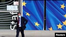 Čovek sa zaštitnom maskom prolazi pored sedišta Evropske komisije u Briselu, 18. septembra 2020.