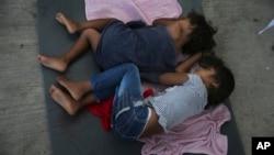 Anak-anak migran tidur di sebuah penampungan di Nuevo Laredo, Meksiko, 17 Juli 2019.