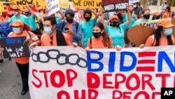 Những người ủng hộ cải cách di dân tuần hành đòi chấm dứt việc bắt giữ và trục xuất di dân ra khỏi Hoa Kỳ hôm 28/4 tại thủ đô Washington.
