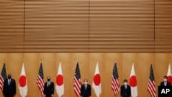 로이드 오스틴 미 국방부 장관과 토니 블링컨 국무장관, 스가 요시히데 일본 총리와 모테기 도시미쓰 외무상, 기시 노부오 방위상이 3월 16일 총리 관저에서 기념 촬영을 하고 있다.