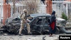 阿富汗安全部隊成員檢查喀布爾一處爆炸現場被炸毀的汽車。(2020年12月20日)