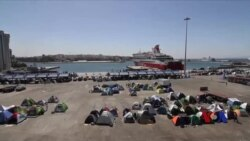 希腊旅游旺季渐近 港口滞留难民前途未卜