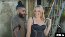 حضور یک بازیگر آمریکایی فیلمهای پورنوگرافی در موزیک ویدئوی ساسی مانکن موجب بحثهای زیادی در فضای مجازی شده است.
