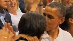 奥巴马在众人鼓励下亲吻夫人