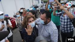 Periodistas nicaragüenses al salir de la Fiscalía, en Managua, tras ser involucrados en la supuesta investigación de lavado de dinero contra de la Fundación Violeta Barrios de Chamorro. Foto archivo VOA.