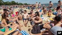 Gužva na plaži L Strit u Bostonu, 5. juna 2021.