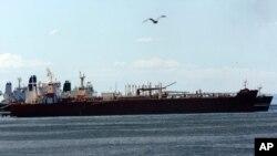El petrolero iraní Forest está anclado en el muelle de la refinería El Palito cerca de Puerto Cabello, Venezuela, el martes 29 de septiembre de 2020.