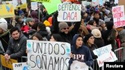 Los manifestantes se manifiestan frente a la Corte Suprema de los EE. UU., el 12 de noviembre de 2019.