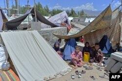Afganistanske porodice koje su raseljene zbog borbi između talibana i afganistanskih snaga nalaze se u privremenom skloništu na tržnici u Mihtarlamu, glavnom gradu provincije Laghman.