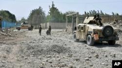 25 اگست 2020ء میں صوبہ بلخ میں ہونے والے خودکش بم حملے کے بعد عہدے دار وقوعہ کا جائزہ لے رہے ہیں۔