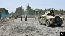 ເຈົ້າໜ້າທີ່ຮັກສາຄວາມໝັ້ນຄົງຂອງອັຟການິສຖານກວດເບິ່ງສະຖານທີ່ເກີດເຫດວາງລະເບີດສະຫລະຊີບໃສ່ລົດບັນທຸກຢູ່ແຂວງ Balkh ທາງພາກເໜືອຂອງອັຟການິສຖານ, ວັນທີ 25 ສິງຫາ, 2020