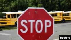 Autobuses escolares del condado de Fairfax, en Virginia, permanecen estacionados en esta imagen del 22 de julio de 2020.