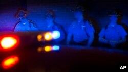 El alguacil de Lincoln Parish, Luisiana, dijo que el sospechoso de la muerte de un estudiante de la Universidad Estatal Grambling y un amigo de éste, sigue prófugo.