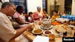 خانوادۀ مسلمان در شهر پاریس فرانسه بالای سفرۀ افطار