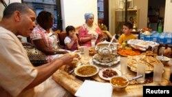 Mengundang tetangga untuk berbuka puasa akan mengubah pandangan negatif mereka tentang Islam dan muslim di Amerika (foto: dok).
