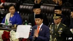 انڈونیشیا کے صدر ودودو حلف اٹھانے کے بعد پارلیمان سے خطاب کر رہے ہیں