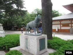 东京靖国神社内的日本军犬慰灵像 (美国之音王南拍摄)