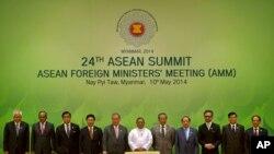 Para Menteri Luar Negeri dan perwakilan dari negara-negara anggota ASEAN di KTT ke-24 ASEAN di Naypyitaw, Myanmar (10/5).