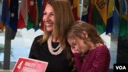 美国副国务卿希金博特姆和女儿吉赛尔拍摄宣传短片 (美国之音张蓉湘拍摄)