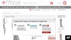 Tampilan situs belanja milik pusat perbelanjaan Macy's menunjukkan bagaimana media sosial terintegrasi dengan toko daring. (AP/Macy's)