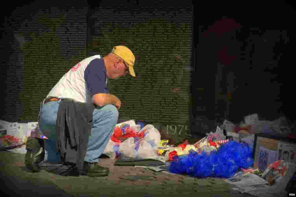 Ветеран у стены Национального мемориала, посвященного американским военнослужащим, погибшим или пропавшим без вести в ходе войны во Вьетнаме