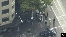 Un hombre apuñaló a tres personas, una de ellas fatalmente, en la segunda ciudad más grande de Australia, el viernes.