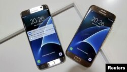 지난달 21일 스페인 바르셀로나에서 열린 모바일월드콩그레스에 삼성전자의 신제품인 스마트폰 S7이 전시되어 있다. (자료사진)