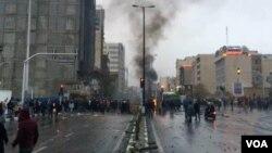 تصویری از اعتراضات مردم تهران در روز شنبه ۲۵ آبان ماه